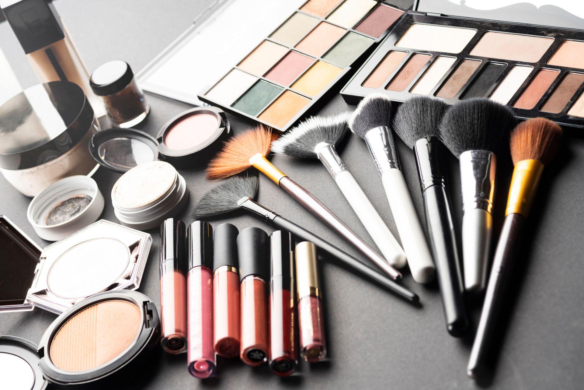 Make-up stylist services